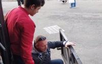 Ухватился за поручень: мужчина выпал из троллейбуса вместе с дверью