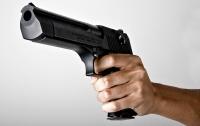 Не уступила место в метро: пенсионер пригрозил пистолетом девушке