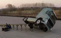На вантажівці Volvo виконали шоу-трюк на двох колесах (ВІДЕО)