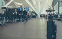 Из-за отмены авиарейса, разозлившийся мужчина поджег свой багаж (видео)