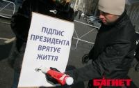 Активисты просят убрать с улиц «гламурных девушек» с сигаретами (ФОТО)