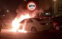 Ночью в Киеве сгорела Toyota с номерами МВД