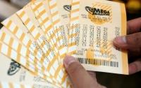 Семейная пара среди мусора нашла билет с многомиллионным выигрышем