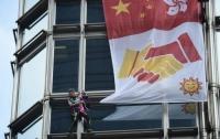 Человек-паук разместил флаг с призывом о мире на небоскребе