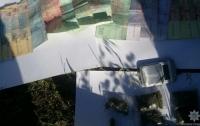 На школьном дворе в Никополе задержали продавца наркотиков