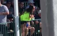 Болельщица оголила грудь во время турнира по гольфу и смутила игрока