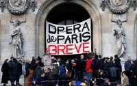 В Париже балерины станцевали перед зданием оперы против пенсионной реформы