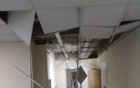 Недавно отремонтированный потолок в больнице упал на голову пациентам