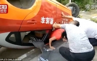 Восьмая попытка сдать на права: китаянка перевернула машину инструктора (видео)