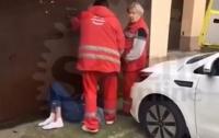 Медсестры выбросили на улицу лежачего пациента