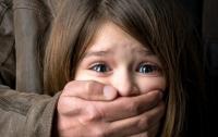 В Киеве мужчина надругался над малолетней дочкой