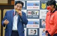 На мэра японского городка набросились критики за