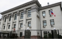 Протестующие сожгли российский флаг под посольством РФ