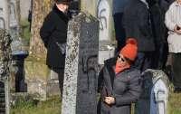 Антисемиты обрисовали свастикой более 100 могил на еврейском кладбище во Франции
