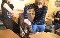 В Луганской области три подруги избили, раздели и остригли девушку
