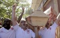 Английские фанаты в Донецке никак не могут «толкнуть» с аукциона гроб