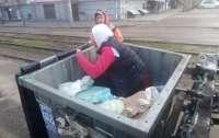 Женщину чуть не увезли на мусорную свалку, она спряталась в мусорном баке (фото)