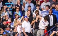 Полиция жестко вывела с выступления Трампа подростка, который развернул флаг СССР