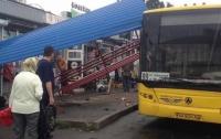 Наезд автобуса на остановку в Киеве: появились подробности