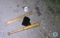 Под Киевом россияне жестко избили местных жителей и топором повредили автомобиль