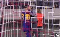 Фанат поцеловал Месси во время матча