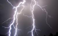 Взрыв мощной молнии возле маленького ребенка попал на видео