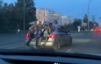 В Киеве пассажиров легкового авто везли в багажнике (видео)