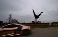 Парень сделал неудачное сальто через мчащейся спорткар (видео)