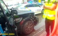 В Киеве пьяная автоледи протаранила несколько авто и стала плевать в полицейских