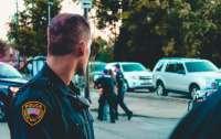 Разъяренный мужчина открыл стрельбу по полицейским