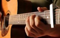 Во время операции на головном мозге пациент играл на гитаре (видео)
