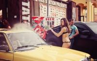Во Львове красавицы в бикини устроили мойку авто (ФОТО)