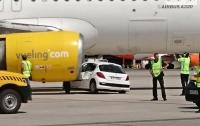 В Испании автомобиль столкнулся с самолетом