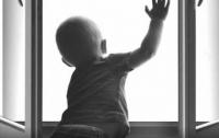 На Тернопольщине годовалый малыш выпал с четвертого этажа