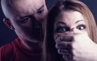 Под Киевом маньяк пытался изнасиловать женщину и ребенка