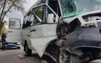 ДТП в Николаеве: маршрутка на скорости влетела в грузовик, есть пострадавшие (видео)