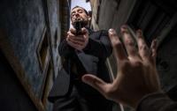 Преступник уронил штаны и пистолет во время ограбления: забавное видео