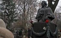 В Киеве разграбили могилы известных украинцев