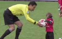 Матч японской футбольной лиги открыла обезьяна