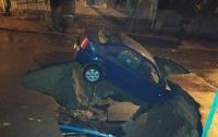 Под Одессой авто с пассажирами провалилось под асфальт