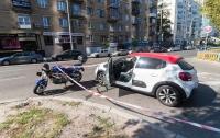 В центре Киева автомобиль сбил полицейского на мотоцикле (видео)