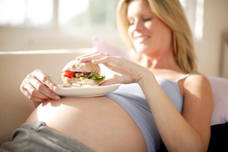 Почему нельзя переедать беременным 599