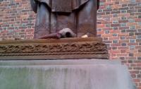 Неизвестные во Львовской области повредили памятник Иоанну Павлу II