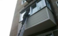 В Киеве полуторогодовалый мальчик закрыл маму на балконе