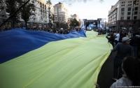 На Крещатике развернули самый длинный флаг Украины