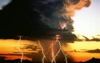 В Китае удар молнии привел к огненному дождю (видео)