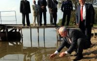 Азаров помыл руки в озере (ФОТО)