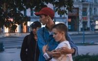 В Киеве на Крещатике группа молодых людей напала с ножом на парня