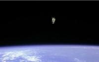 Астронавты МКС потеряли в открытом космосе часть обшивки станции (видео)