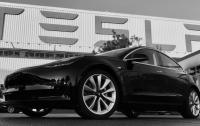 Электромобиль Tesla на автопилоте врезался в полицейскую машину